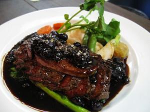 北海道根室産フレッシュエゾ鹿ランプ肉のステーキフォアグラ添え赤ワインソース
